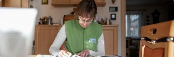 Hospicová sestra pomáhá pozůstalým v klidu se rozloučit a nepanikařit