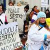Karlovarské zdravotní sestry žádaly s transparenty vyšší platy