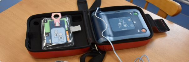 Vsetínská nemocnice nechala zájemce vyzkoušet užití automatizovaného defibrilátoru s hlasovou nápovědou