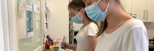 S testováním koronaviru vypomáhají i studentky